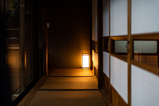 暗い旅館の廊下