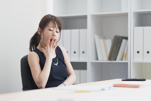 仕事中に眠くなる女性