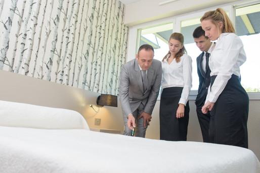 研修するホテル社員