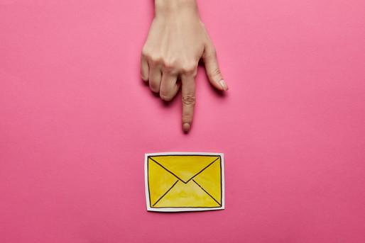 メールを差す指