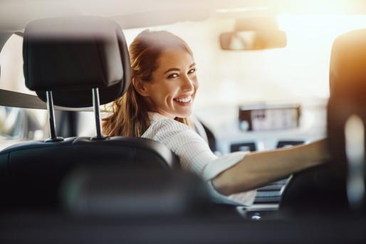 車に乗る女性