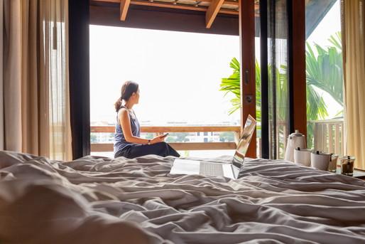 ホテルに滞在する女性