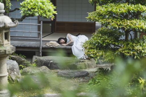 縁側で寝る女性