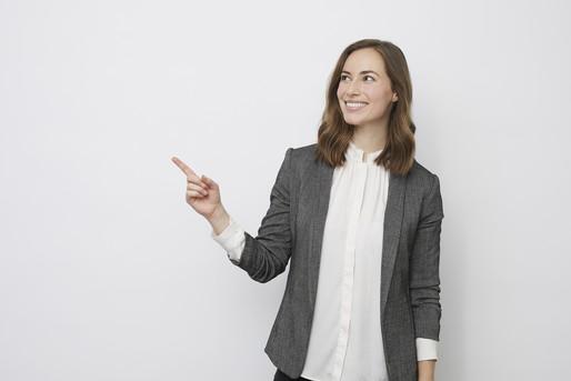 指さしをする女性
