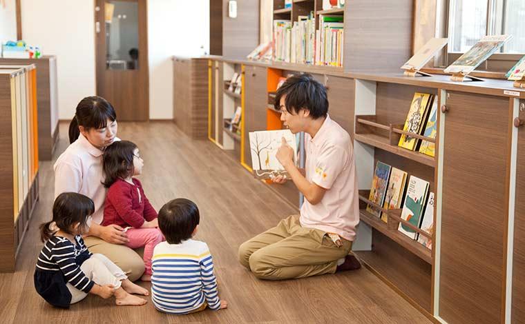 社員定着率95%を記録!絵本の読み聞かせを通した保育を行っています。