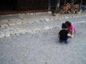 子どもの好奇心や興味を尊重した保育を行う私立の保育施設です。
