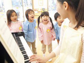 土居駅より4分。心の教育、英語教育に取り組んでいる認定こども園です
