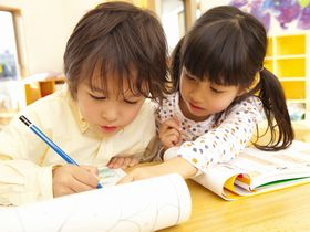 リトミックや体操教室を毎月2回、専門講師に教えてもらえる保育園です。