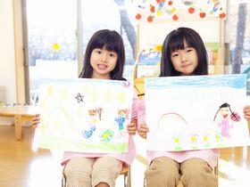 4歳と5歳の子どもが、英語や切り絵などに取り組んでいる保育園です。