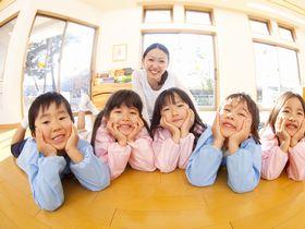 子どもたちがボルダリングに取り組める遊具や人工芝がある保育園です。
