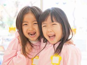 豊かな緑の自然にふれあいながら、子どもたち同士がのびのびとした遊びや活動を楽しめるゆとりのある保育園です。