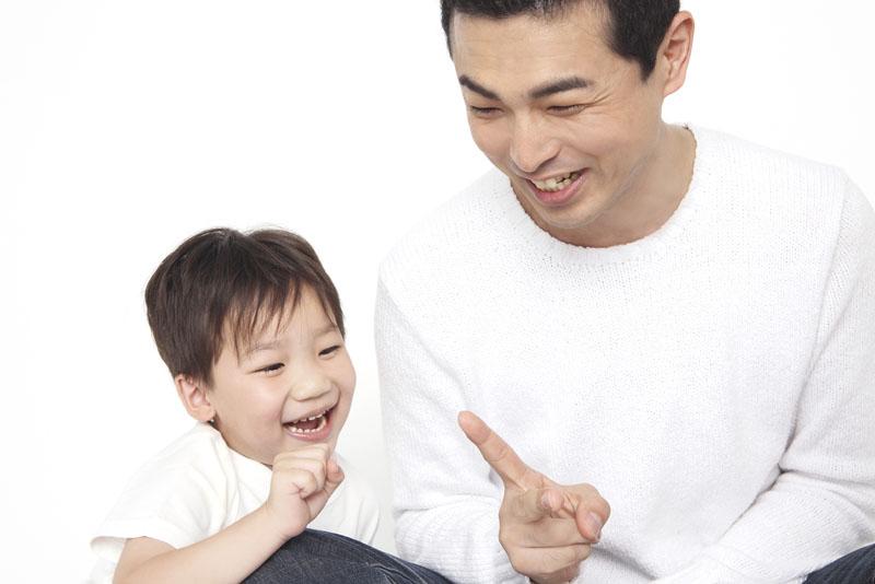 年齢が違ってもみんな友達・遊びや散歩で楽しみながら知性と感性を育みます