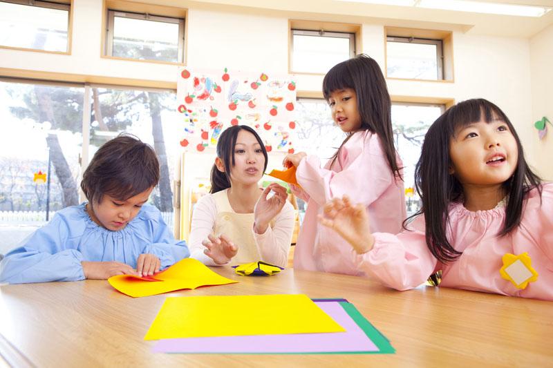 自由に遊べるプレイルームを完備し、子どもの想像力を引き出しています