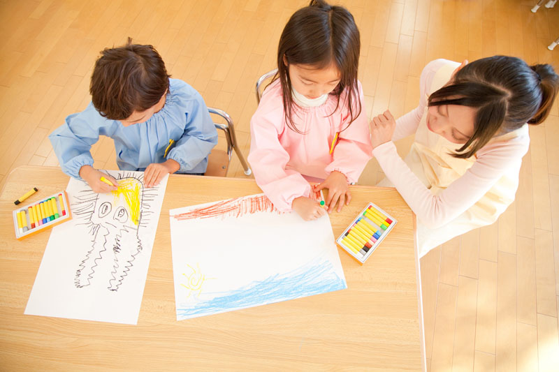 子どもたちに人気のたくさんの絵本などのある畳のスペースが好評です。