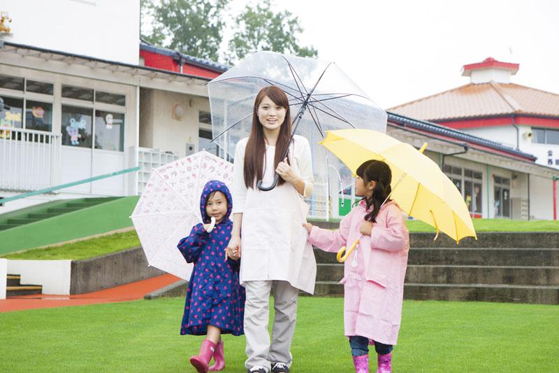 広々とした恵まれた園庭で子どもたちが力いっぱい駆け回って遊べる施設です