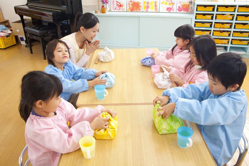 遊びや食育を積極的に行い、強い心と体を育てることが目標にされています。