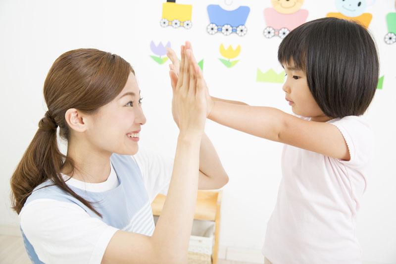 読み聞かせやパネルシアターなど、園児たちがお話を聞く時間を設けています