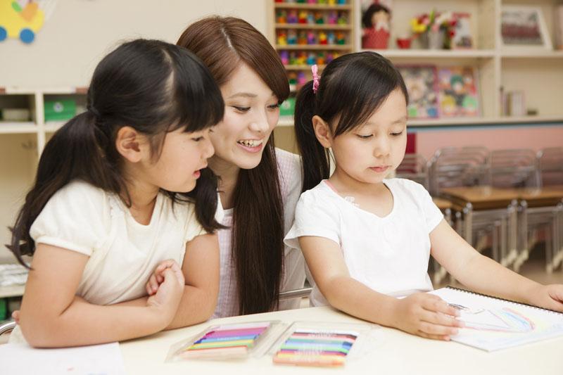 社会福祉法人千歳洋翔会 アルプス保育園異年齢の子供たち同士の仲がよく、小さい子も大きい子も助け合っています。