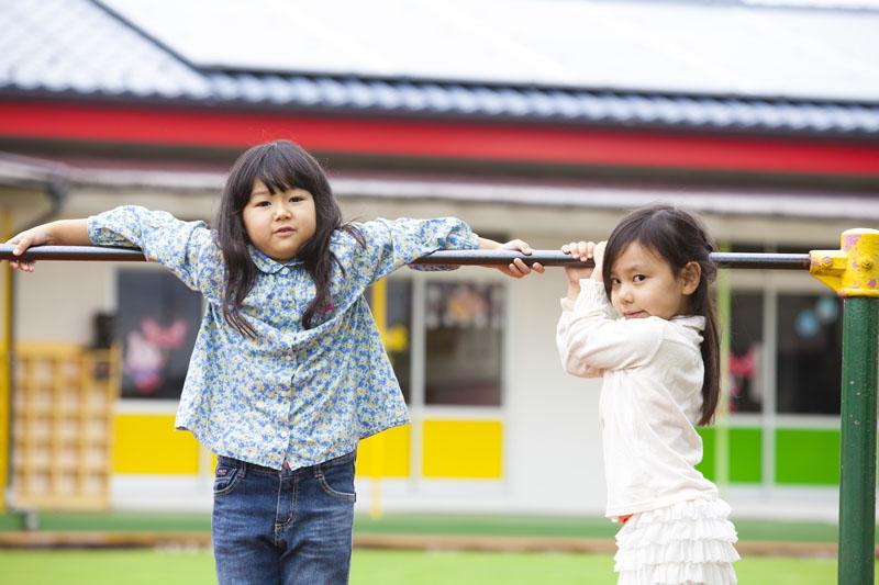 子ども達が遊べる園内外の環境下で、様々な体験を与える保育を行います。