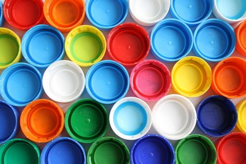 ペットボトルのキャップを使った保育の遊びと工作のアイディア9選
