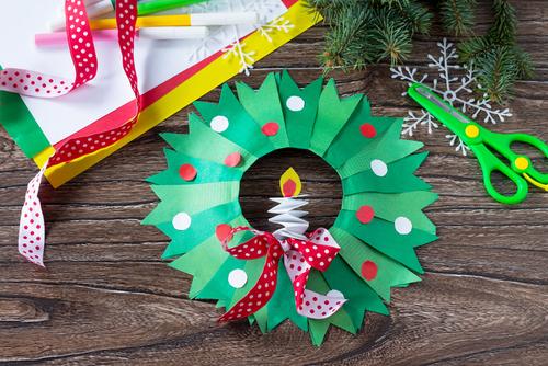 保育園でリースを作ろう。作り方や、クリスマス会で手品などの出し物アイディアまとめ