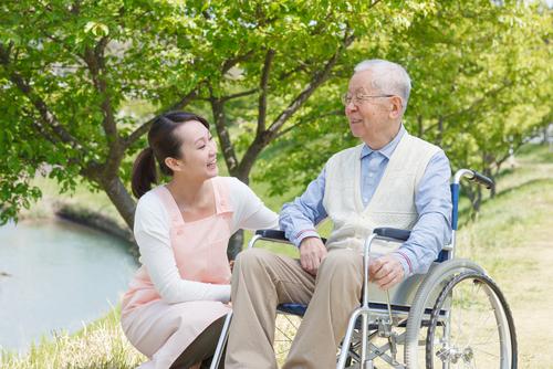 保育士と介護福祉士の資格は両方とるべき?資格取得の優遇制度や共通点、違いを解説