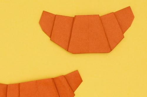 【動画】サクッと焼きあがった折り紙クロワッサン