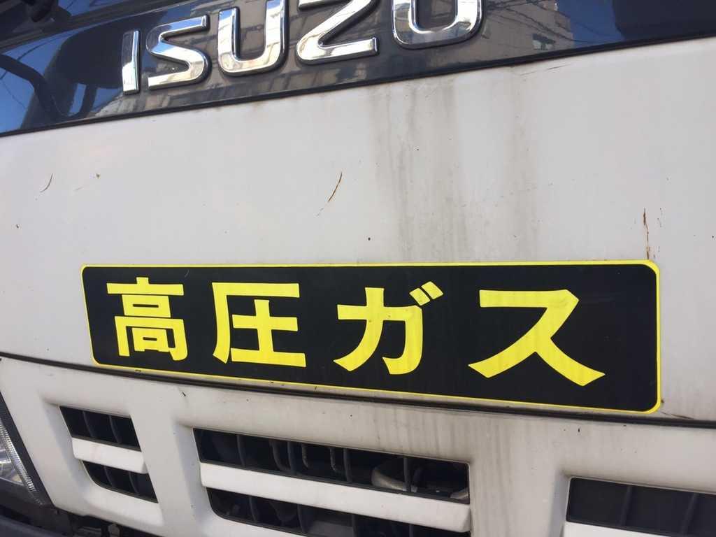 車に貼られている「高圧ガス」ステッカーにはどんな意味がある?