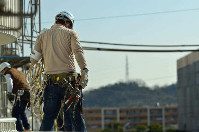 ⑤太陽光発電システムの設置工事を行う