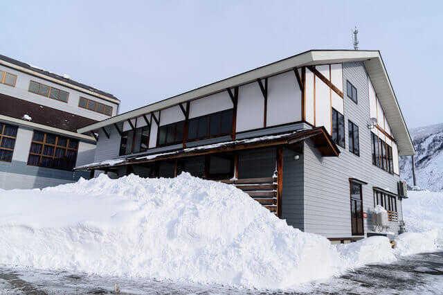 雪対策でおすすめのリフォーム9選!費用相場も解説【駐車場/玄関/窓など】