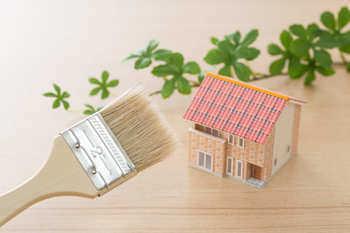 自宅の外壁をクリヤー(クリア)塗装するには?メリットや注意点、塗料の種類を解説!