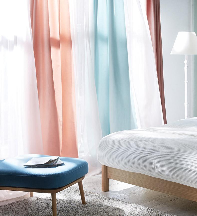 リゾートスタイルのような天蓋をレース生地でアレンジしたベッドルーム