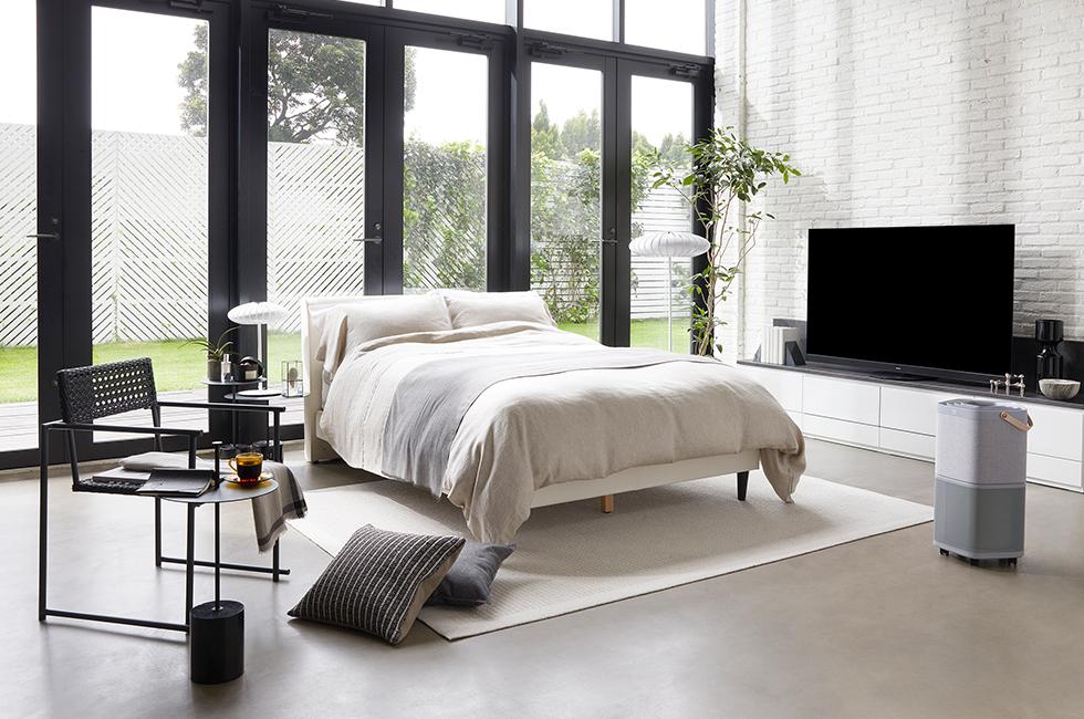大画面テレビでホームシアターのように楽しむシンプルモダンな寝室