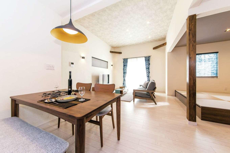イデキョウホーム【1000万円台】キッチン横のダイニングは動線が短く配膳や片付けが楽に。小上がりの畳スペースはあえて仕切りを作らず、LDKがいっそう広く感じられる
