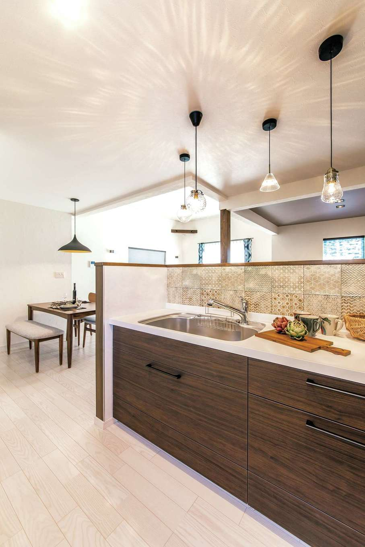 イデキョウホーム【1000万円台】キッチンは顔は見えて手元は隠せるハイカウンター仕様。内側のタイルは落ち着いた色の柄違いを並べて大人っぽく