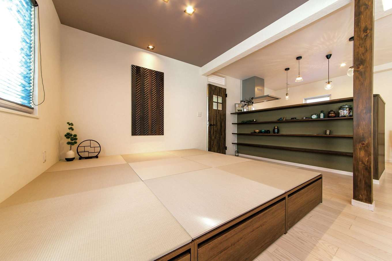 イデキョウホーム【1000万円台】7畳の下は収納。引き出しと箱型があり、リビング収納として使えそうだ。キッチンカウンターの棚は雑貨などを飾るディスプレイスペースに