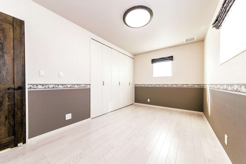 イデキョウホーム【1000万円台】寝室もエアコンがなくすっきり。壁紙を上下で貼り分けておしゃれな雰囲気を演出