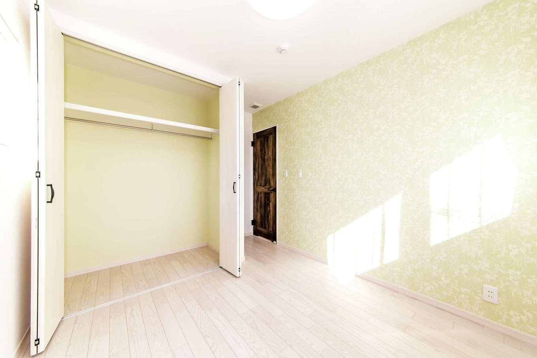 イデキョウホーム【1000万円台】子ども部屋のテーマカラーは明るいグリーン。クローゼットの中も色を合わせて統一感を出した