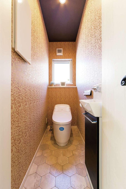 イデキョウホーム【1000万円台】トイレの壁紙はウィリアム・モリスのデザイン。限られた空間だからこそ全面貼りが映える