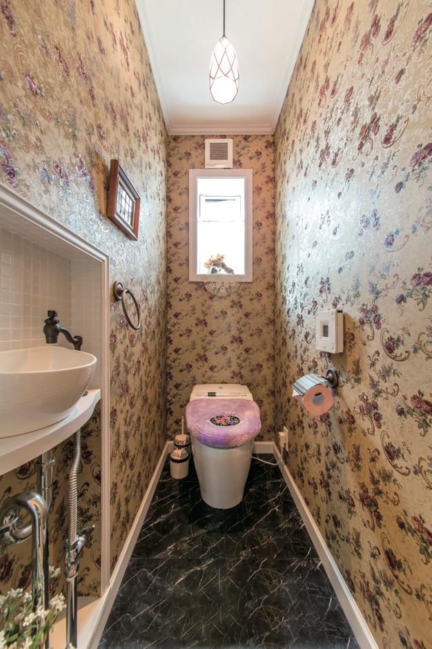 軽視しがちなトイレも素材選びにこだわって、ラグジュアリーにコーディネート