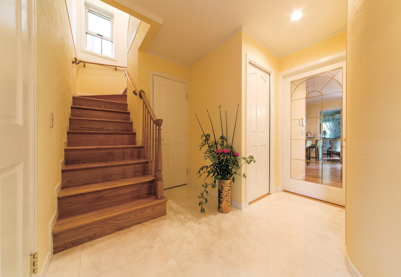 開放感あふれる玄関ホールは輸入住宅の醍醐味。手作りの階段も匠の熟練技が光る