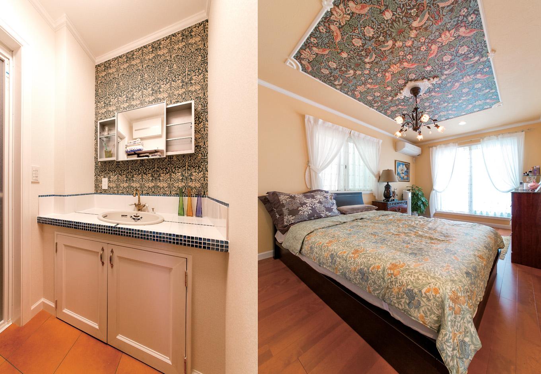 天井の装飾のモールの中とサニタ リーにウィリアム・モリスの壁紙を使い、上質な雰囲気に