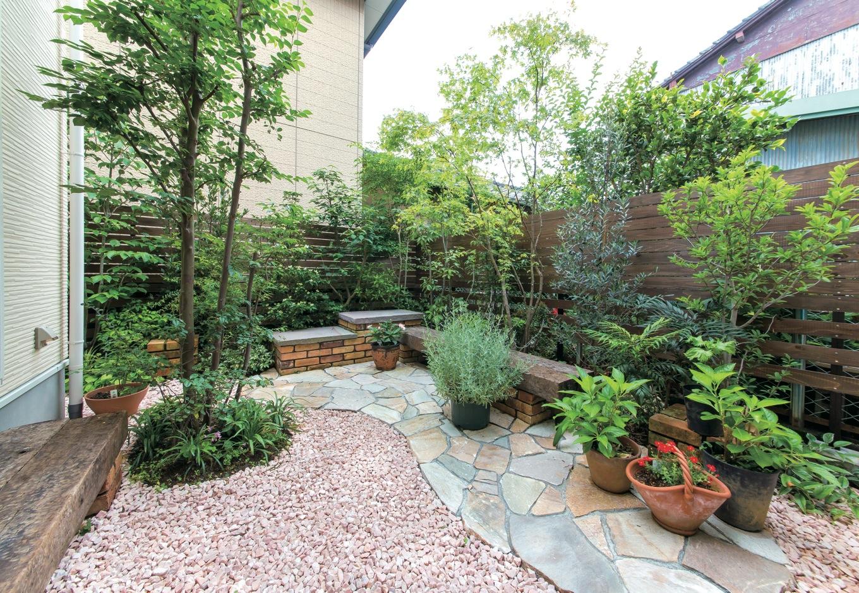 中庭のテラスにも石を貼って。レンガや木は旧家のものを再利用