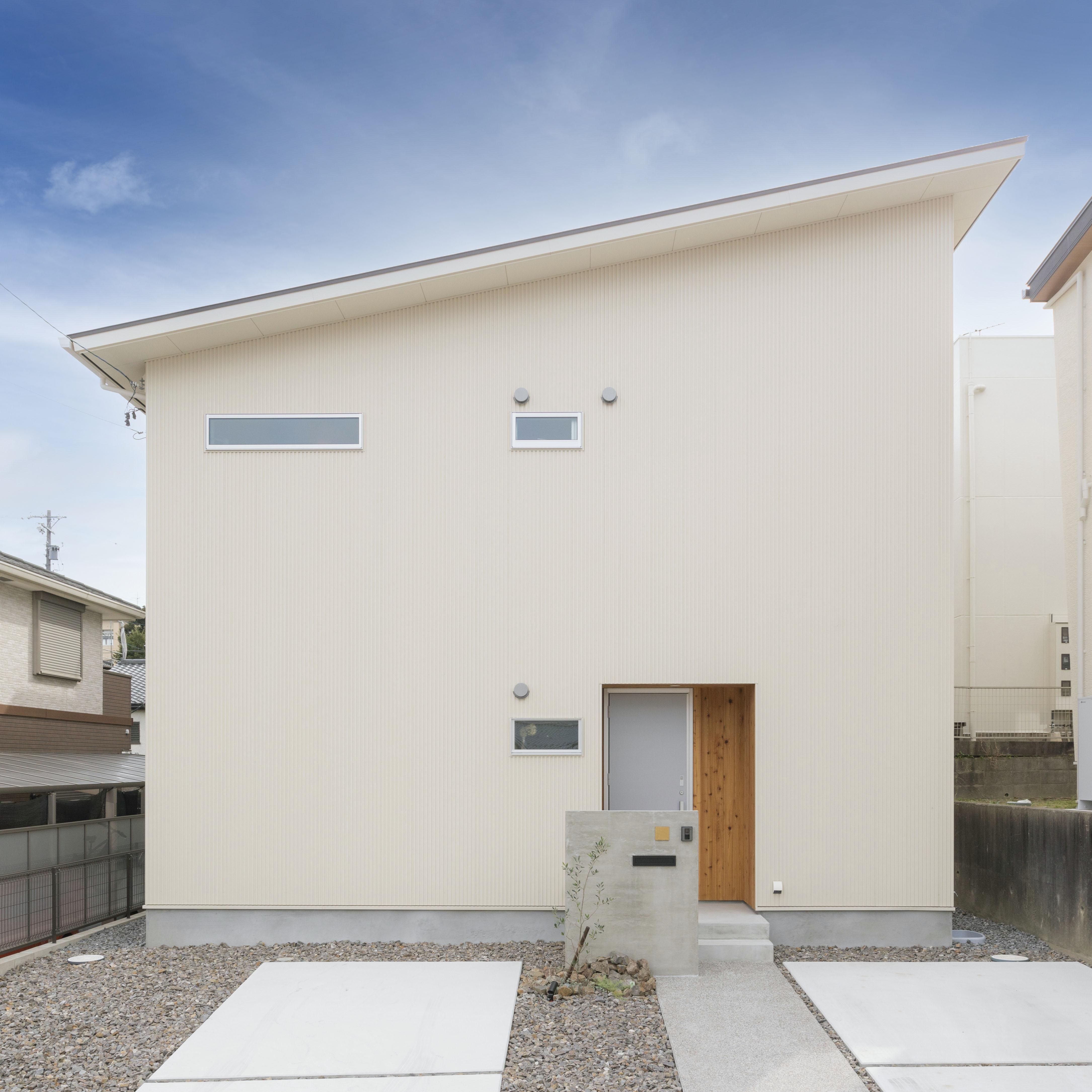 アトリエプラス【収納力、自然素材、間取り】白い外壁に木製のサイディングがアクセントとなり、ナチュラルな雰囲気を醸し出す。