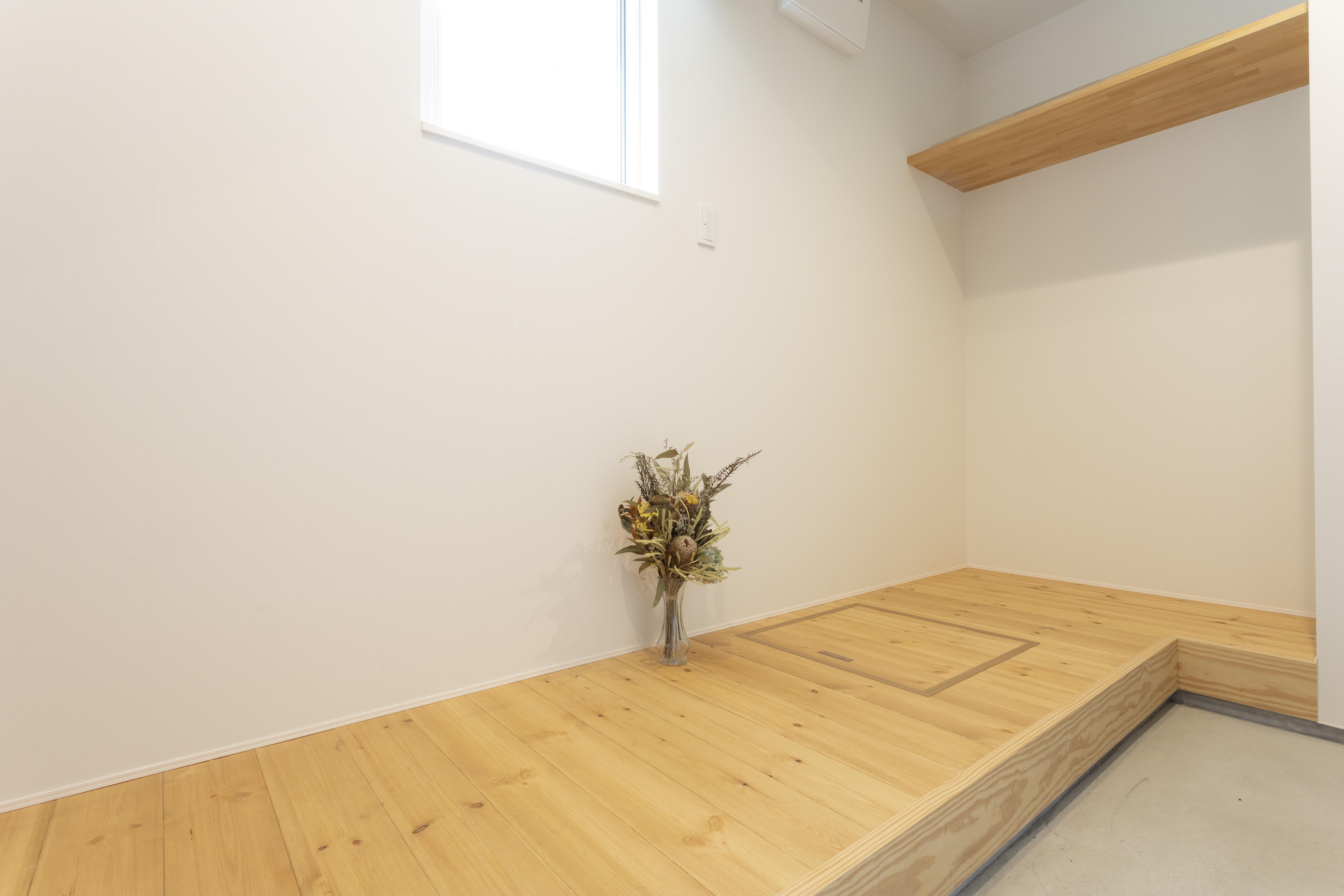 アトリエプラス【収納力、自然素材、間取り】すっきりとした玄関は土間部分を広くとり、便利な収納スペースを確保。