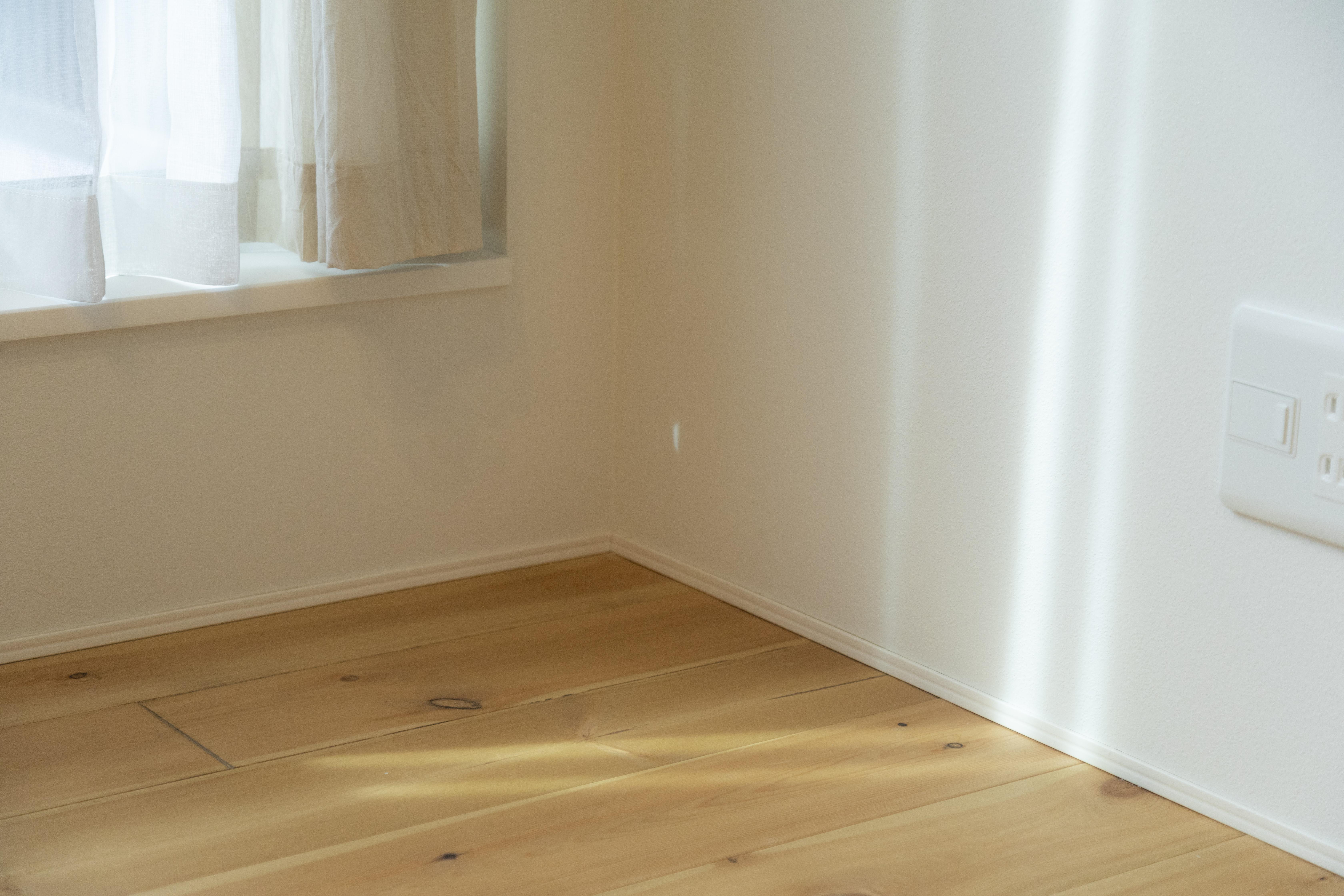 アトリエプラス【収納力、自然素材、間取り】各居室をすっきりとしたデザインに仕上げながらも、木のぬくもりを感じられるあたたかみのある自然素材を取り入れている。