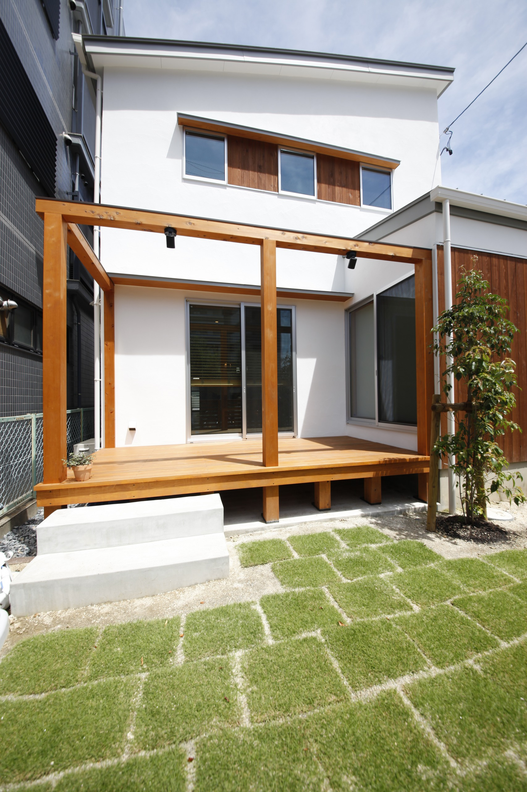 アトリエプラス【デザイン住宅、子育て、自然素材】真っ白な漆喰の外壁は年月ともに味わい深くなる