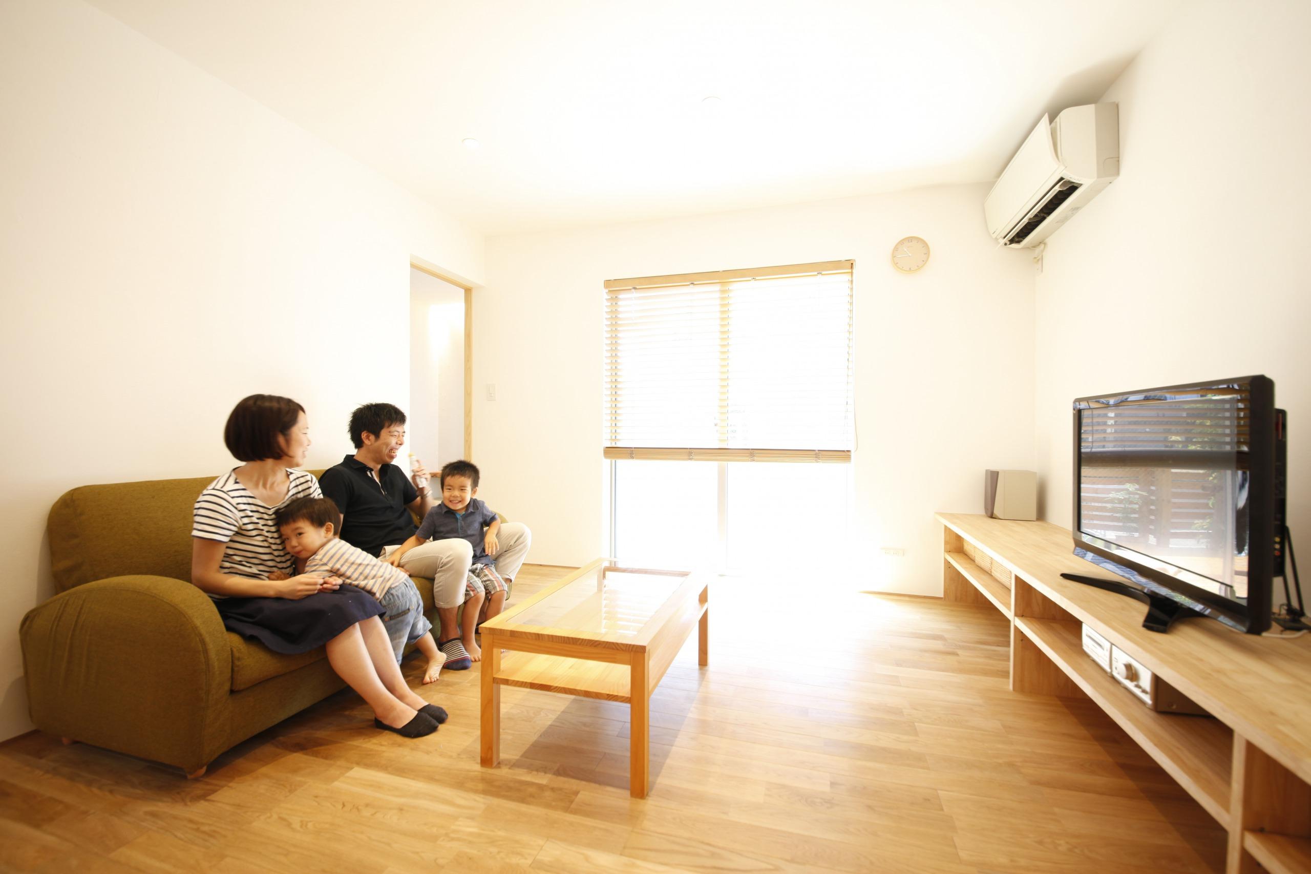 アトリエプラス【デザイン住宅、子育て、自然素材】LDKのTVボードや収納棚は造作し、統一感ある空間