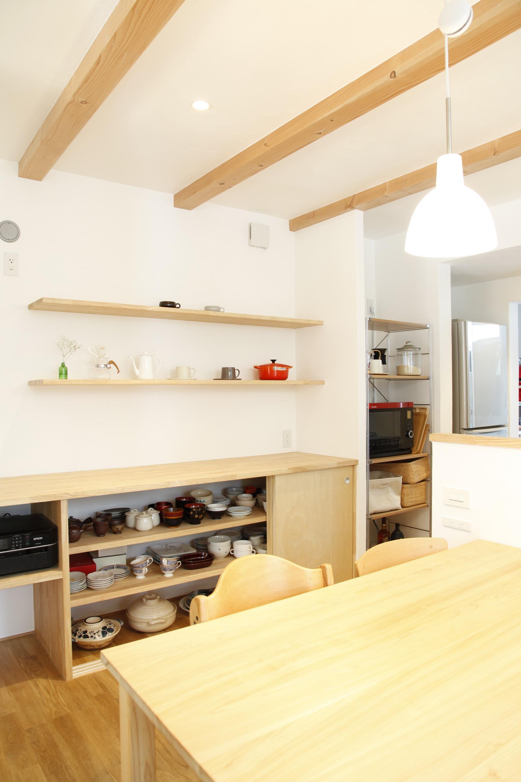 アトリエプラス【デザイン住宅、子育て、自然素材】一枚の無垢板で造った机は子供達が並んで勉強やお絵かきが出来る。収納棚も造作し機能的に