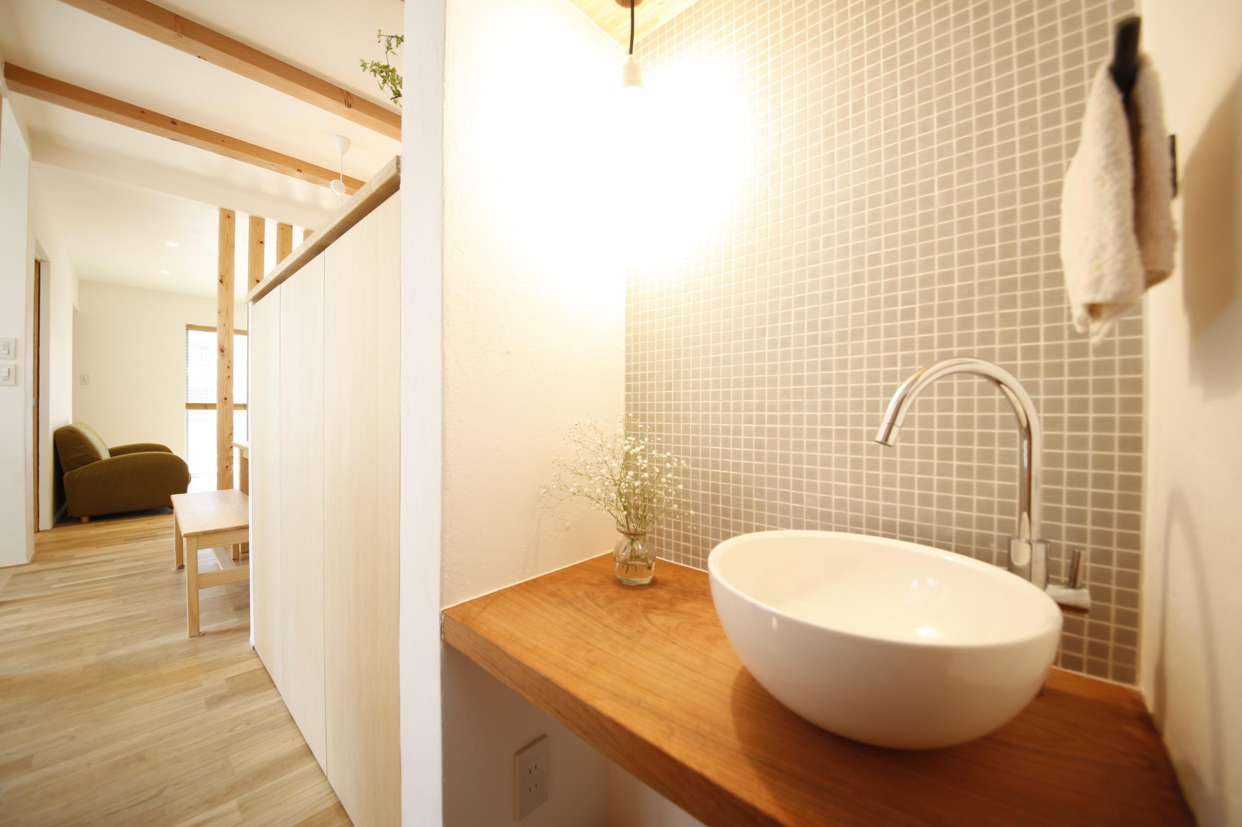 アトリエプラス【デザイン住宅、子育て、自然素材】こだわりの洗面台。タイルの壁に洗面ボール、吊り下げ照明で洗練されたコーディネート